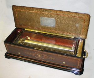 A '12 airs, Grand Format' cylinder musical box made by the highly regarded manufacturer, Nicole Freres. Serial number 46334, gamme number 3091, insert date. The 12 airs are played via a massive 58,5 cm cylinder on two combs (56 and 57 teeth). 12 airs by composers; Rossini, Mendelssohn, Mayerbeer, Batiste, Handel, Mozart and Auber.